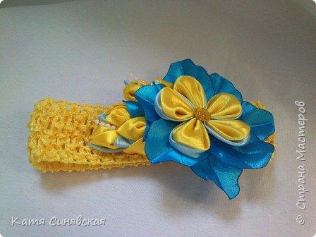 В последнее время желто-голубое стало очень популярно. Канзаши не исключение, вот несколько моих работ в данных цветах. Пышные бантики-резиночки. фото 14