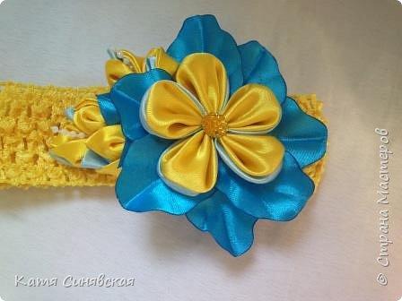 В последнее время желто-голубое стало очень популярно. Канзаши не исключение, вот несколько моих работ в данных цветах. Пышные бантики-резиночки. фото 15