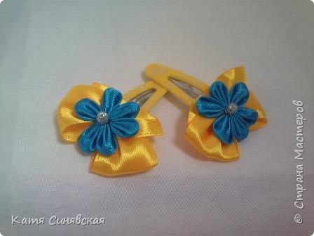 В последнее время желто-голубое стало очень популярно. Канзаши не исключение, вот несколько моих работ в данных цветах. Пышные бантики-резиночки. фото 16
