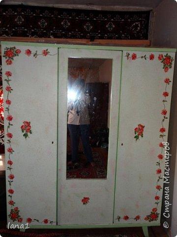 Началось все с того, что решили мы сделать ремонт в комнате племянницы, а от тетушек остался шкаф(шифоньер) советского образца который и натолкнул на мысль о характере комнаты. Насмотревшись фото о переделке подобных шкафов решила я и свой переделать. Конечно опыта в подобных делах у меня маловато, но получилось то что получилось.   А теперь почему мечта не сбылась. К этому шкафу предполагались стол, камод и полки из массива сосны покрашенные в том же стиле и задекупаженные. Но.... закон подлости он и есть закон подлости!!! Нужные фасады перестали возить в магазины. Ожидали почти год. но всеравно пришлось отказаться от этой идеи. фото 1