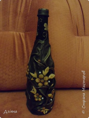 Мой первый декор бутылки из кожи. Цветы тонировала масленными красками.