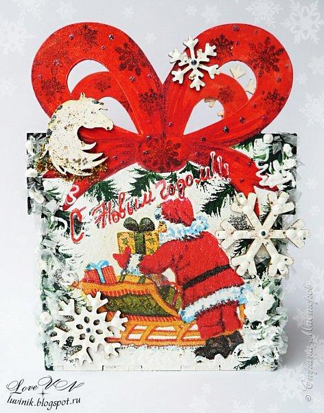 Здравствуйте!!!! На улице метёт по дорогам белый снег, укрывая всё на своём пути! Машины стоят в пушистых шубках, люди осторожно семенят по дорожкам, боясь упасть. Всё в ожидании Нового года! Так что, приготовим и мы подарочки к этому волшебному празднику! Нам понадобятся упаковки к ним: предлагаю сделать их своими руками.  Эта шкатулочка-упаковка сделана из покупного чипборда (склееного на Момент-Кристалл), покрашена белой акриловой краской, украшена росписью (красная, зелёная и чёрная акриловая краска), проштампована штампами (снежинки, шарики), по боковым плоскостям сделан салфеточный декупаж, серебристым и белым контурами сделаны капельки-точки.