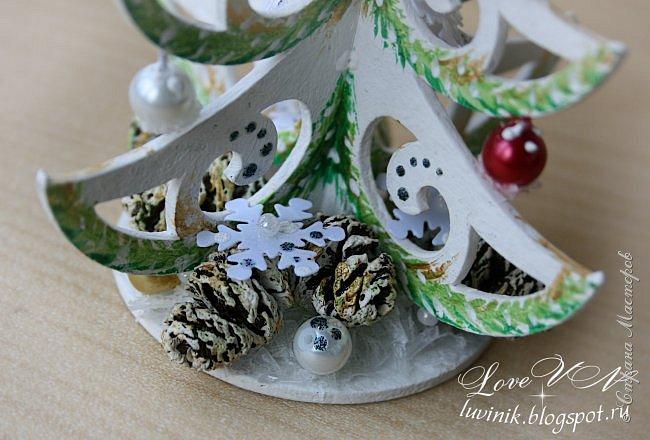 """Добрый день, жители Страны мастеров!!! Привыкли мы встречать Новый год обязательно с ёлочкой! :-))) А лучше всего - с рукодельной, да ещё и необыкновенной, которая называется - """"ниукоготакойнет""""!  Поэтому предоставляю вашему вниманию действительно необычную ёлочку: она сделана из картонного чипборда и декорирована бусинками, снежинками-пайетками, искусственным снегом, ольховыми шишечками.  Заготовку-чипборд покрасила сначала белой акриловой краской, затем нарисовала акварелью зелёные веточки (золотая акриловая краска смотрится на фотографиях какого-то серо-буро-козявчатого цвета), потом украсила контурами белого и серебристого цвета с разноцветным глиттером. фото 6"""