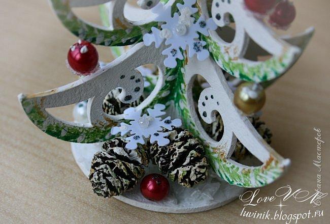 """Добрый день, жители Страны мастеров!!! Привыкли мы встречать Новый год обязательно с ёлочкой! :-))) А лучше всего - с рукодельной, да ещё и необыкновенной, которая называется - """"ниукоготакойнет""""!  Поэтому предоставляю вашему вниманию действительно необычную ёлочку: она сделана из картонного чипборда и декорирована бусинками, снежинками-пайетками, искусственным снегом, ольховыми шишечками.  Заготовку-чипборд покрасила сначала белой акриловой краской, затем нарисовала акварелью зелёные веточки (золотая акриловая краска смотрится на фотографиях какого-то серо-буро-козявчатого цвета), потом украсила контурами белого и серебристого цвета с разноцветным глиттером. фото 7"""