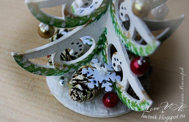 """Добрый день, жители Страны мастеров!!! Привыкли мы встречать Новый год обязательно с ёлочкой! :-))) А лучше всего - с рукодельной, да ещё и необыкновенной, которая называется - """"ниукоготакойнет""""!  Поэтому предоставляю вашему вниманию действительно необычную ёлочку: она сделана из картонного чипборда и декорирована бусинками, снежинками-пайетками, искусственным снегом, ольховыми шишечками.  Заготовку-чипборд покрасила сначала белой акриловой краской, затем нарисовала акварелью зелёные веточки (золотая акриловая краска смотрится на фотографиях какого-то серо-буро-козявчатого цвета), потом украсила контурами белого и серебристого цвета с разноцветным глиттером. фото 8"""