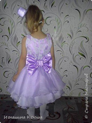 младшая дочь Валерия не любит длинные пышные платья, которые все девочки так любят одевать  на новый год. сшила её платье чуть ниже колен , получилось очень лёгкое-воздушное . такое можно и не только на новый год одеть, а на любой праздник.   фото 6