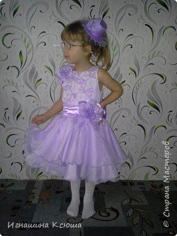 младшая дочь Валерия не любит длинные пышные платья, которые все девочки так любят одевать  на новый год. сшила её платье чуть ниже колен , получилось очень лёгкое-воздушное . такое можно и не только на новый год одеть, а на любой праздник.   фото 5