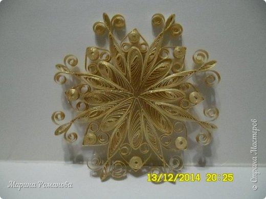 Снежинка простенькая, но покрыта декоративным спреем с золотым блеском...При искусственном освещении завораживает своим блеском)))))  фото 1