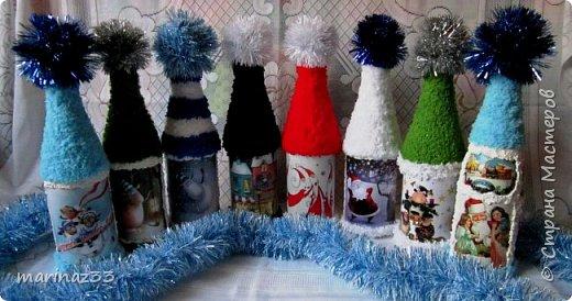 Добрый вечер!!! Эти бутылочки я сделала в шапочках ... Сначала мне как-то не понравились, потом я по низу бутылочки тоже 2 ряда пряжи приклеила, вроде получше.... В живую они прикольно смотрятся, необычно.... фото 3