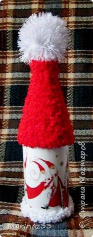 Добрый вечер!!! Эти бутылочки я сделала в шапочках ... Сначала мне как-то не понравились, потом я по низу бутылочки тоже 2 ряда пряжи приклеила, вроде получше.... В живую они прикольно смотрятся, необычно.... фото 10
