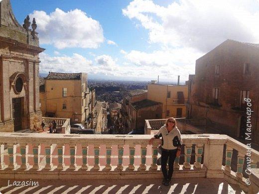 Caltagirone - это центр сицилийской керамики. Город Кальтаджироне, в 70 км от аэропорта Катании, на острове Сицилия. Город включен в наследие ЮНЕСКО благодаря памятникам архитектуры эпохи позднего барокко.