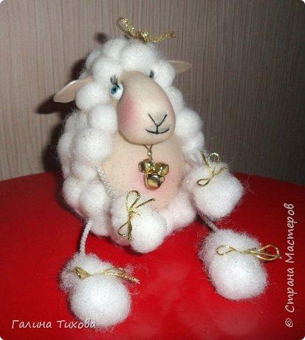До нового года осталось совсем немного времени, но его вполне достаточно, чтобы сделать новогодний сувенир, символ грядущего года – овечку. Идейный вдохновитель: Аулова Елена   https://stranamasterov.ru/node/826709   Для её создания вам потребуется: эластичный носок, синтепон, жёсткая проволока, тесьма или синтетический шнур, пластмассовые глазки, бубенчики или колокольчик, золотистые ленточка и тонкий шнурок, нитки, ножницы, термопистолет. фото 40
