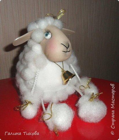 До нового года осталось совсем немного времени, но его вполне достаточно, чтобы сделать новогодний сувенир, символ грядущего года – овечку. Идейный вдохновитель: Аулова Елена   https://stranamasterov.ru/node/826709   Для её создания вам потребуется: эластичный носок, синтепон, жёсткая проволока, тесьма или синтетический шнур, пластмассовые глазки, бубенчики или колокольчик, золотистые ленточка и тонкий шнурок, нитки, ножницы, термопистолет. фото 41