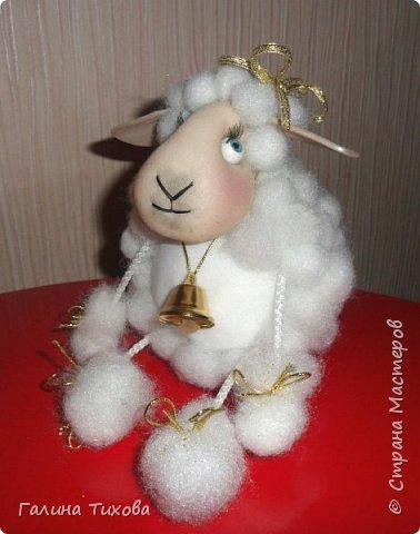 До нового года осталось совсем немного времени, но его вполне достаточно, чтобы сделать новогодний сувенир, символ грядущего года – овечку. Идейный вдохновитель: Аулова Елена   https://stranamasterov.ru/node/826709   Для её создания вам потребуется: эластичный носок, синтепон, жёсткая проволока, тесьма или синтетический шнур, пластмассовые глазки, бубенчики или колокольчик, золотистые ленточка и тонкий шнурок, нитки, ножницы, термопистолет. фото 42