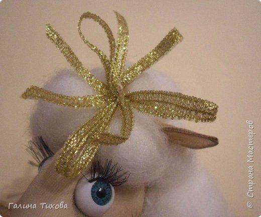 До нового года осталось совсем немного времени, но его вполне достаточно, чтобы сделать новогодний сувенир, символ грядущего года – овечку. Идейный вдохновитель: Аулова Елена   https://stranamasterov.ru/node/826709   Для её создания вам потребуется: эластичный носок, синтепон, жёсткая проволока, тесьма или синтетический шнур, пластмассовые глазки, бубенчики или колокольчик, золотистые ленточка и тонкий шнурок, нитки, ножницы, термопистолет. фото 34
