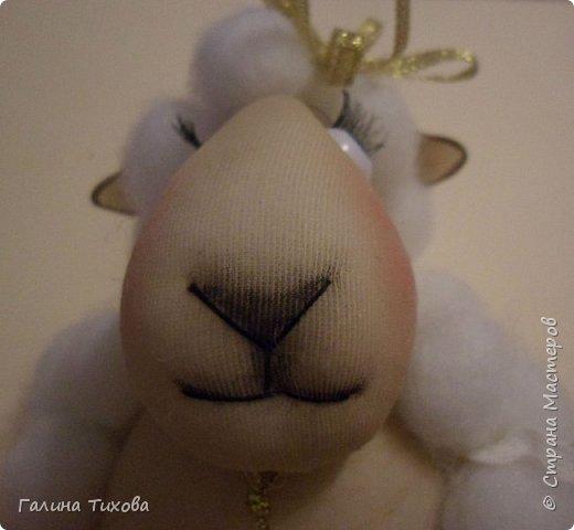 До нового года осталось совсем немного времени, но его вполне достаточно, чтобы сделать новогодний сувенир, символ грядущего года – овечку. Идейный вдохновитель: Аулова Елена   https://stranamasterov.ru/node/826709   Для её создания вам потребуется: эластичный носок, синтепон, жёсткая проволока, тесьма или синтетический шнур, пластмассовые глазки, бубенчики или колокольчик, золотистые ленточка и тонкий шнурок, нитки, ножницы, термопистолет. фото 38