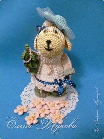 Добрый день, дорогие друзья! Новый год все ближе и мы уже явственно ощущаем его приближение. Совсем скоро в двери наших домов и квартир постучится год деревянной (зеленой) овцы. И было бы очень хорошо принести в дом игрушку, фигурку овцы или козы, повесить на ёлку или поставить на стол, приглашая к себе Госпожу Овцу. Может, это и странно, но полагают, что Овца является самым женственным знаком восточного гороскопа. Овца обычно творческая личность, она талантлива, имеет безупречный вкус к вещам и большое влечение к моде. Давайте попробуем создать свой образ Овечки -модницы. Для работы нам понадобятся гофрированные полоски 1см*50см светло -желтого,белого и серого цвета, небольшой кусочек черной полоски, ленточка и тесьма для декора,глазки овальные. Клей ПВА или термоклей. фото 37
