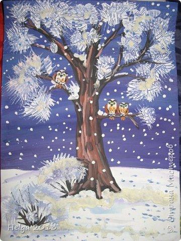 Первый рисунок - это заснеженное дерево с совами. Нам понадобится: лист бумаги А3 или А4, гуашь, кисти №1, 5, 9, вилка пластмассовая, ватные палочки, крупа манная. фото 1