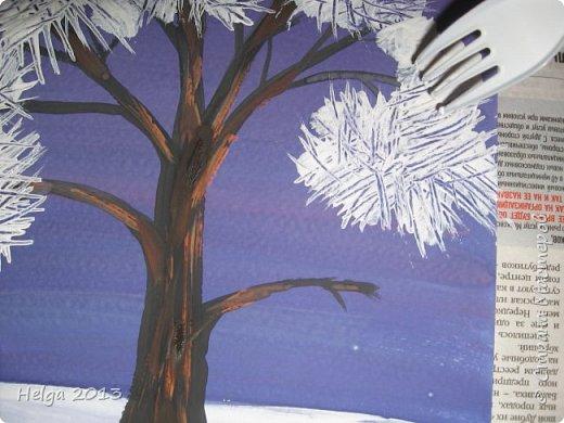 Первый рисунок - это заснеженное дерево с совами. Нам понадобится: лист бумаги А3 или А4, гуашь, кисти №1, 5, 9, вилка пластмассовая, ватные палочки, крупа манная. фото 7