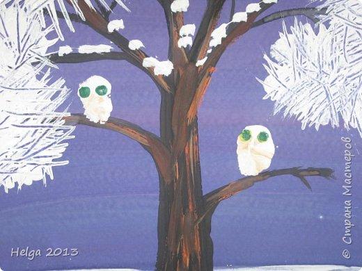 Первый рисунок - это заснеженное дерево с совами. Нам понадобится: лист бумаги А3 или А4, гуашь, кисти №1, 5, 9, вилка пластмассовая, ватные палочки, крупа манная. фото 11