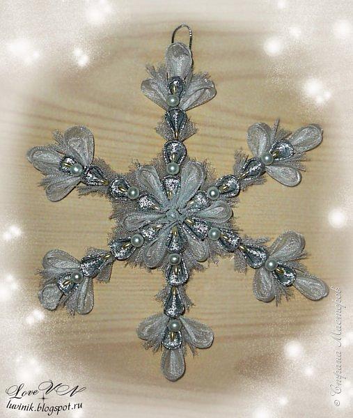 Добрый вечер!!! Давайте сделаем к празднику снежинку! Для этого понадобятся самые простые материалы, которые у вас есть дома.