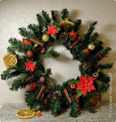 Новый год-это время волшебства, подарков, огоньков и конечно теплоты наших близких и друзей..В такое время хочется придти домой, согреться горячим чаем и посмотреть что то веселое и душевное.. Праздник чувствуется в деталях..в елке, аромасвечах и конечно же в новогоднем веночке! Вот такое новогоднее настроение я создала! Венок с пуансеттией, шишками, корицей, каштаном, физалисом, апельсином и новогодними шарами.