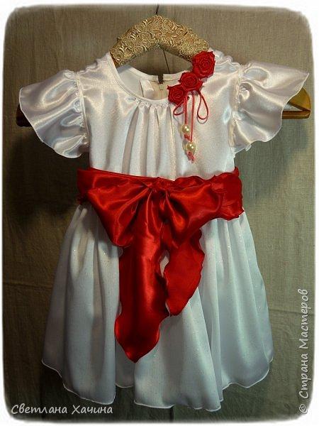 Люблю интересные задачки и мне подкинули очередную ! Мама малышек к кому ушли мои последние куколки заказала сшить для старшей карнавальное платье к новогоднему утреннику. Нужен был костюм конфеты... Я как раз занималась дедом Морозом, но мысли уже закрутились во круг конфеты. А в голову кроме рафаэлки почему-то ни чего не приходило. Мне дали карт-бланш и я поскакала по магазинам. В город вырваться возможности не было совсем пришлось обходится тем выбором который был. Я решила не привязываться к рафаэлке, не зацикливаться на чём-то одном. Но судьба распорядилась так как захотела. У нас два магазинчика с плательными тканюшками, но выбор был не айс.. Якрих, красочных, радостных тканей я не нашла, но вот потрясающий белоснежный крепсатин, алый атлас и белую тряпочку (непонятного происхождения)  с такими милыми морозными искорками, такую воздушную и лёгкую я всё-же откопала!!! Оле-оле-оле! И тогда уже сомнений не было. Наталья согласилась и меня понесло! фото 11