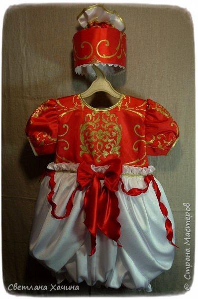 Люблю интересные задачки и мне подкинули очередную ! Мама малышек к кому ушли мои последние куколки заказала сшить для старшей карнавальное платье к новогоднему утреннику. Нужен был костюм конфеты... Я как раз занималась дедом Морозом, но мысли уже закрутились во круг конфеты. А в голову кроме рафаэлки почему-то ни чего не приходило. Мне дали карт-бланш и я поскакала по магазинам. В город вырваться возможности не было совсем пришлось обходится тем выбором который был. Я решила не привязываться к рафаэлке, не зацикливаться на чём-то одном. Но судьба распорядилась так как захотела. У нас два магазинчика с плательными тканюшками, но выбор был не айс.. Якрих, красочных, радостных тканей я не нашла, но вот потрясающий белоснежный крепсатин, алый атлас и белую тряпочку (непонятного происхождения)  с такими милыми морозными искорками, такую воздушную и лёгкую я всё-же откопала!!! Оле-оле-оле! И тогда уже сомнений не было. Наталья согласилась и меня понесло! фото 2