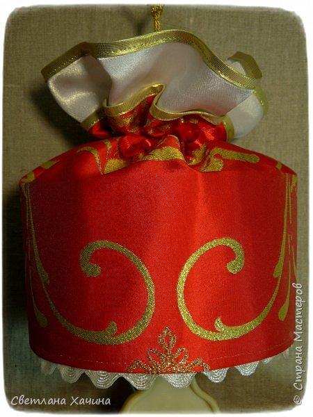 Люблю интересные задачки и мне подкинули очередную ! Мама малышек к кому ушли мои последние куколки заказала сшить для старшей карнавальное платье к новогоднему утреннику. Нужен был костюм конфеты... Я как раз занималась дедом Морозом, но мысли уже закрутились во круг конфеты. А в голову кроме рафаэлки почему-то ни чего не приходило. Мне дали карт-бланш и я поскакала по магазинам. В город вырваться возможности не было совсем пришлось обходится тем выбором который был. Я решила не привязываться к рафаэлке, не зацикливаться на чём-то одном. Но судьба распорядилась так как захотела. У нас два магазинчика с плательными тканюшками, но выбор был не айс.. Якрих, красочных, радостных тканей я не нашла, но вот потрясающий белоснежный крепсатин, алый атлас и белую тряпочку (непонятного происхождения)  с такими милыми морозными искорками, такую воздушную и лёгкую я всё-же откопала!!! Оле-оле-оле! И тогда уже сомнений не было. Наталья согласилась и меня понесло! фото 4