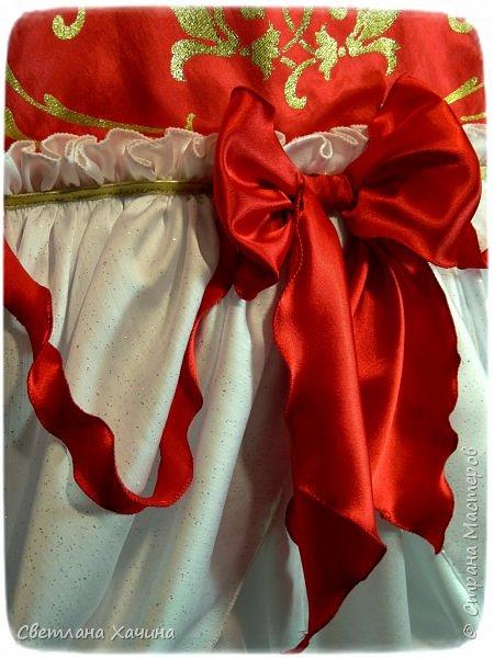 Люблю интересные задачки и мне подкинули очередную ! Мама малышек к кому ушли мои последние куколки заказала сшить для старшей карнавальное платье к новогоднему утреннику. Нужен был костюм конфеты... Я как раз занималась дедом Морозом, но мысли уже закрутились во круг конфеты. А в голову кроме рафаэлки почему-то ни чего не приходило. Мне дали карт-бланш и я поскакала по магазинам. В город вырваться возможности не было совсем пришлось обходится тем выбором который был. Я решила не привязываться к рафаэлке, не зацикливаться на чём-то одном. Но судьба распорядилась так как захотела. У нас два магазинчика с плательными тканюшками, но выбор был не айс.. Якрих, красочных, радостных тканей я не нашла, но вот потрясающий белоснежный крепсатин, алый атлас и белую тряпочку (непонятного происхождения)  с такими милыми морозными искорками, такую воздушную и лёгкую я всё-же откопала!!! Оле-оле-оле! И тогда уже сомнений не было. Наталья согласилась и меня понесло! фото 1
