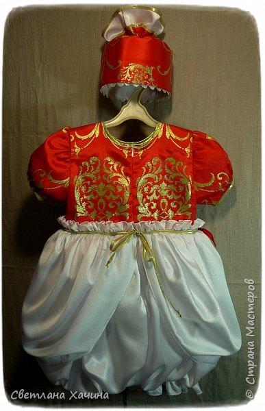 Люблю интересные задачки и мне подкинули очередную ! Мама малышек к кому ушли мои последние куколки заказала сшить для старшей карнавальное платье к новогоднему утреннику. Нужен был костюм конфеты... Я как раз занималась дедом Морозом, но мысли уже закрутились во круг конфеты. А в голову кроме рафаэлки почему-то ни чего не приходило. Мне дали карт-бланш и я поскакала по магазинам. В город вырваться возможности не было совсем пришлось обходится тем выбором который был. Я решила не привязываться к рафаэлке, не зацикливаться на чём-то одном. Но судьба распорядилась так как захотела. У нас два магазинчика с плательными тканюшками, но выбор был не айс.. Якрих, красочных, радостных тканей я не нашла, но вот потрясающий белоснежный крепсатин, алый атлас и белую тряпочку (непонятного происхождения)  с такими милыми морозными искорками, такую воздушную и лёгкую я всё-же откопала!!! Оле-оле-оле! И тогда уже сомнений не было. Наталья согласилась и меня понесло! фото 8