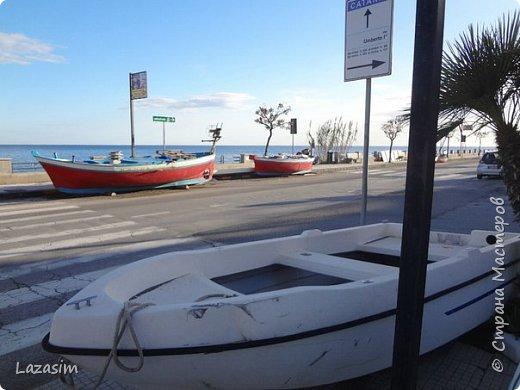 Роккалумера - приморский городок, на дорогах которого паркуются машины и катера