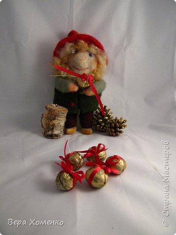 Сегодня день св.Николая.Все дети ждут подарки! Можно сделать маленькие  подарочки и спрятать их в орешки.