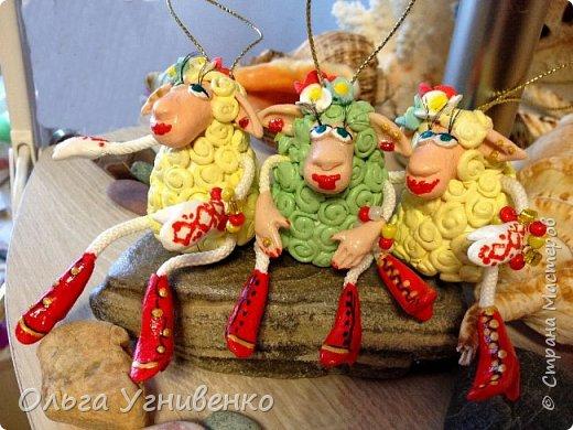 Приветствую всех жителей и гостей прекрасной СТРАНЫ МАСТЕРОВ!!! Представляю Вам еще одну порцию новогодних овечек. Изготовлены они из полимерной глины. Высота овечки 5-6 см. Она также может быть елочной игрушкой. Первую партию можно посмотреть здесь https://stranamasterov.ru/node/849069 Овечки сделаны в украинском стиле.... в веночках, шапках-кушаках :)))))))))) фото 3
