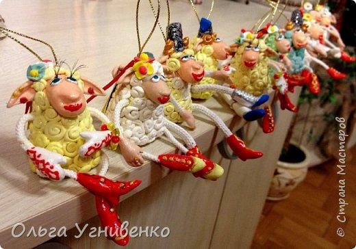 Приветствую всех жителей и гостей прекрасной СТРАНЫ МАСТЕРОВ!!! Представляю Вам еще одну порцию новогодних овечек. Изготовлены они из полимерной глины. Высота овечки 5-6 см. Она также может быть елочной игрушкой. Первую партию можно посмотреть здесь https://stranamasterov.ru/node/849069 Овечки сделаны в украинском стиле.... в веночках, шапках-кушаках :)))))))))) фото 4
