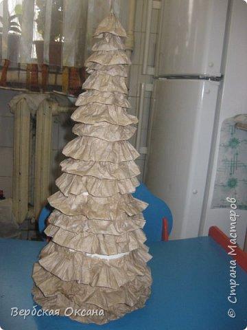 Такую елочку я сделала из картонного конуса, сами волны (веточки) - туалетная бумага. фото 2