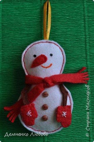 Вот такой подарок новогодний сшился у меня для подруги швеи. Поделка сшита из фетра, тесьмы и пуговиц. Шпулька сделана из самозатвердевающей глины. фото 6