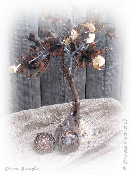 Давно хотела сделать небольшое деревце из старой коряги..Цветы из перев фазана и плюс украшение деревца- сушёные дольки яблочка. фото 2