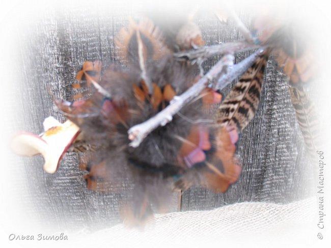 Давно хотела сделать небольшое деревце из старой коряги..Цветы из перев фазана и плюс украшение деревца- сушёные дольки яблочка. фото 7