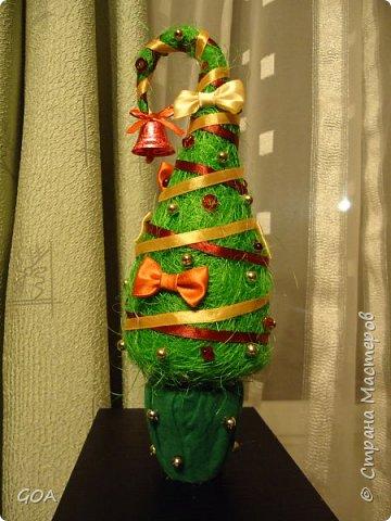 Маленький новогодний сувенир или подарок в виде новогодней ёлочки из сизаля.