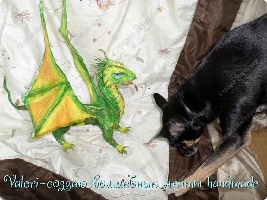 ДРУЗЬЯ, привет Вам, мои хорошие!!! Сегодняшний денёк наконец то выдался светлым и я пофотографировала дракончика! Сам дракон-это подарок мужу, он рождён в год дракона, в прошлом году вязала вот такой шлем танкиста(https://stranamasterov.ru/node/688238), нравится дарить что то оригинальное, тем более такого точно не купить))  Мужу очень понравился подарок, старшая доча смотрела за младшей и тем самым внесла в подарок большую долю, так как с моей маленькой егозой точно не сделала бы, а вечером в тайне от мужа сделать бы не получилось. И так, дракон волшебный-как живой-так муж сказал! фото 31
