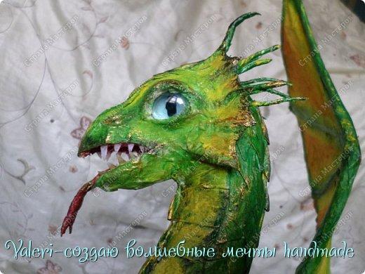 ДРУЗЬЯ, привет Вам, мои хорошие!!! Сегодняшний денёк наконец то выдался светлым и я пофотографировала дракончика! Сам дракон-это подарок мужу, он рождён в год дракона, в прошлом году вязала вот такой шлем танкиста(https://stranamasterov.ru/node/688238), нравится дарить что то оригинальное, тем более такого точно не купить))  Мужу очень понравился подарок, старшая доча смотрела за младшей и тем самым внесла в подарок большую долю, так как с моей маленькой егозой точно не сделала бы, а вечером в тайне от мужа сделать бы не получилось. И так, дракон волшебный-как живой-так муж сказал! фото 9