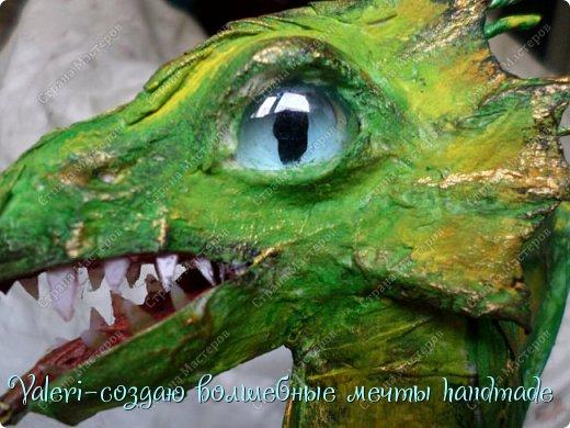 ДРУЗЬЯ, привет Вам, мои хорошие!!! Сегодняшний денёк наконец то выдался светлым и я пофотографировала дракончика! Сам дракон-это подарок мужу, он рождён в год дракона, в прошлом году вязала вот такой шлем танкиста(https://stranamasterov.ru/node/688238), нравится дарить что то оригинальное, тем более такого точно не купить))  Мужу очень понравился подарок, старшая доча смотрела за младшей и тем самым внесла в подарок большую долю, так как с моей маленькой егозой точно не сделала бы, а вечером в тайне от мужа сделать бы не получилось. И так, дракон волшебный-как живой-так муж сказал! фото 8