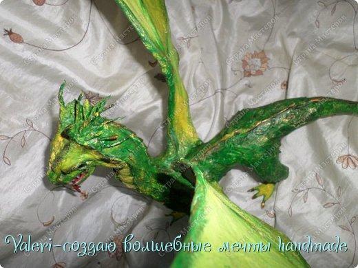 ДРУЗЬЯ, привет Вам, мои хорошие!!! Сегодняшний денёк наконец то выдался светлым и я пофотографировала дракончика! Сам дракон-это подарок мужу, он рождён в год дракона, в прошлом году вязала вот такой шлем танкиста(https://stranamasterov.ru/node/688238), нравится дарить что то оригинальное, тем более такого точно не купить))  Мужу очень понравился подарок, старшая доча смотрела за младшей и тем самым внесла в подарок большую долю, так как с моей маленькой егозой точно не сделала бы, а вечером в тайне от мужа сделать бы не получилось. И так, дракон волшебный-как живой-так муж сказал! фото 20