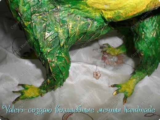 ДРУЗЬЯ, привет Вам, мои хорошие!!! Сегодняшний денёк наконец то выдался светлым и я пофотографировала дракончика! Сам дракон-это подарок мужу, он рождён в год дракона, в прошлом году вязала вот такой шлем танкиста(https://stranamasterov.ru/node/688238), нравится дарить что то оригинальное, тем более такого точно не купить))  Мужу очень понравился подарок, старшая доча смотрела за младшей и тем самым внесла в подарок большую долю, так как с моей маленькой егозой точно не сделала бы, а вечером в тайне от мужа сделать бы не получилось. И так, дракон волшебный-как живой-так муж сказал! фото 23