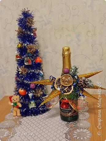 Новогодняя елочка из мишуры. Под ней можно спрятать шампанское на новогоднем столе.