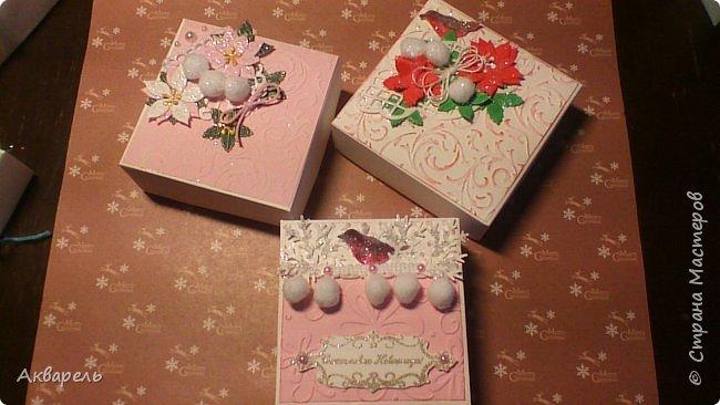 У меня нет времени делать столько открыток, вот я и совместила коробочка-открытка, это упаковка для мыльца. Фотографий много, коробочек много. А вообще оказалось маловато, надо еще делать. фото 2