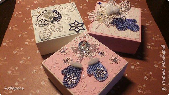 У меня нет времени делать столько открыток, вот я и совместила коробочка-открытка, это упаковка для мыльца. Фотографий много, коробочек много. А вообще оказалось маловато, надо еще делать. фото 6