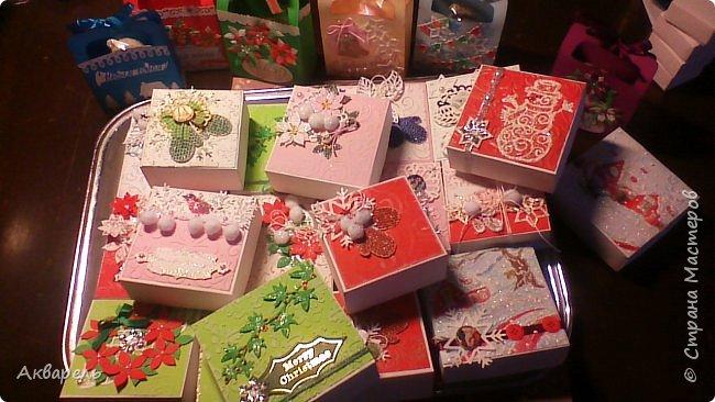 У меня нет времени делать столько открыток, вот я и совместила коробочка-открытка, это упаковка для мыльца. Фотографий много, коробочек много. А вообще оказалось маловато, надо еще делать. фото 1