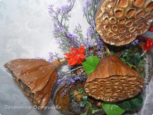 Рада приветствовать всех жителей нашей прекрасной Страны Мастеров! В предверии Нового года это, пожалуй, моя последняя работа. Делала эту композицию для своей любимой невестки. Использовала высушенный гриб- трутовик, высушенные коробочки лотоса и древовидных пионов, иск. зелень. фото 7